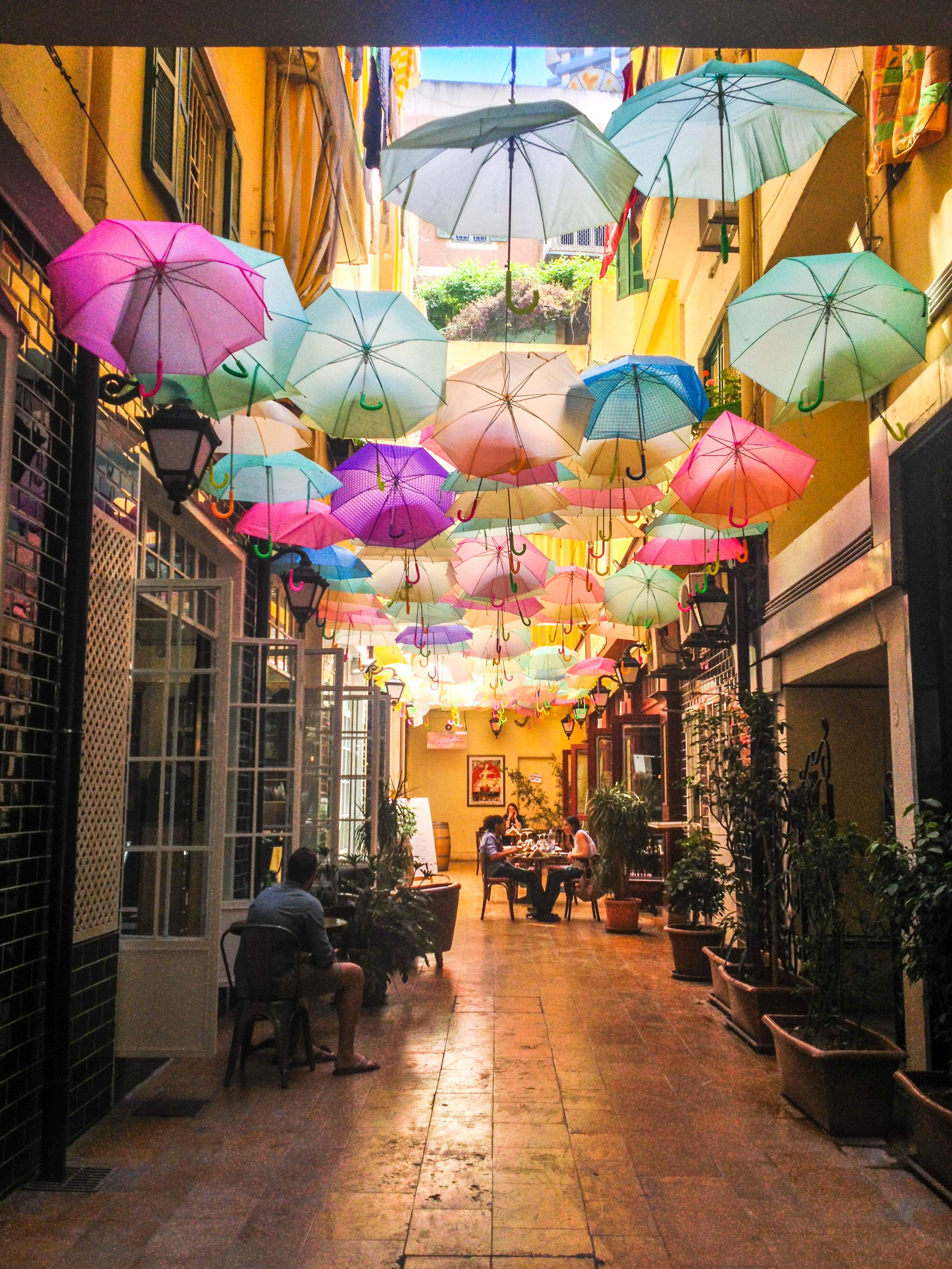 <p>Крайбрежната част на Бейрут е обсипана с популярни клубове и барове на покрива и е най-популярната дестинация за парти в града.</p>