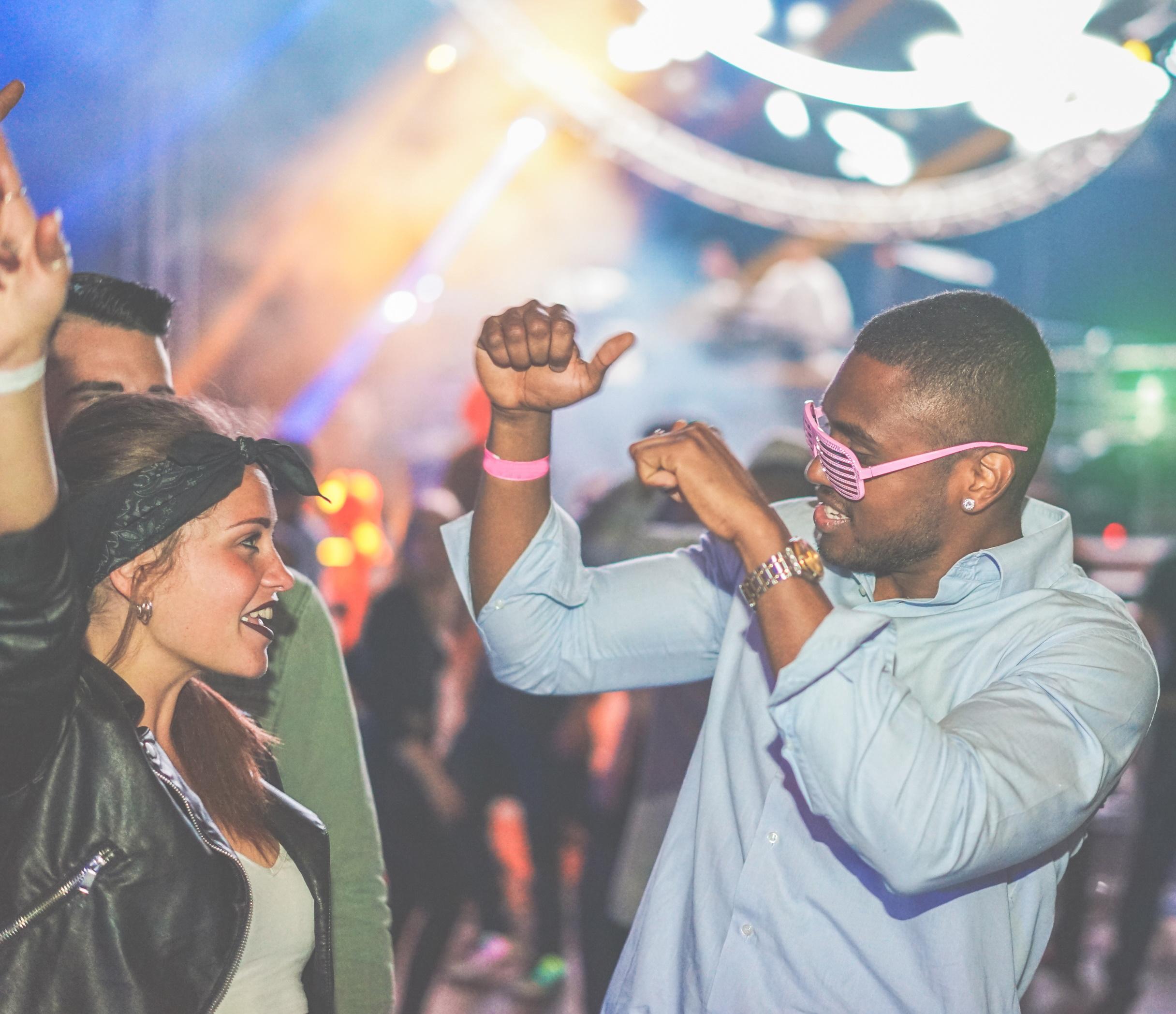 <p>Но градът, който никога не спи, също предлага разнообразие от забавления за всеки тип купонджия. Повечето местни знаят, че най-добрите партита не са през уикенда. Най-модерните места са край Бруклин.</p>