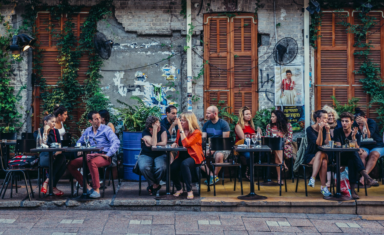 <p>Булевард &bdquo;Ротшилд&ldquo; е мястото, което е задължително за всеки купонджия. Разполага с модерни барове, клубове и кафенета и е оживен по всяко време на денонощието.</p>