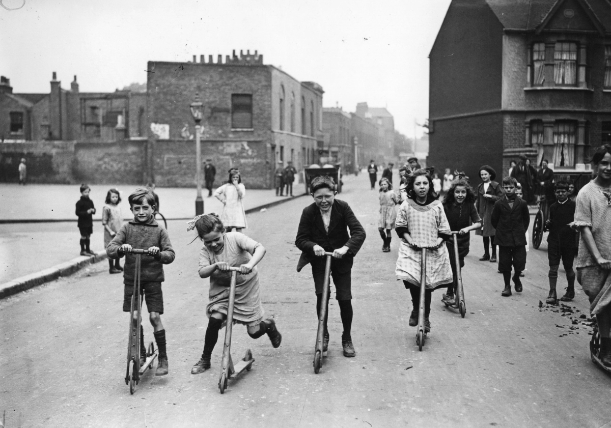 <p>Деца карат тротинетки, 1923 година.&nbsp;</p>