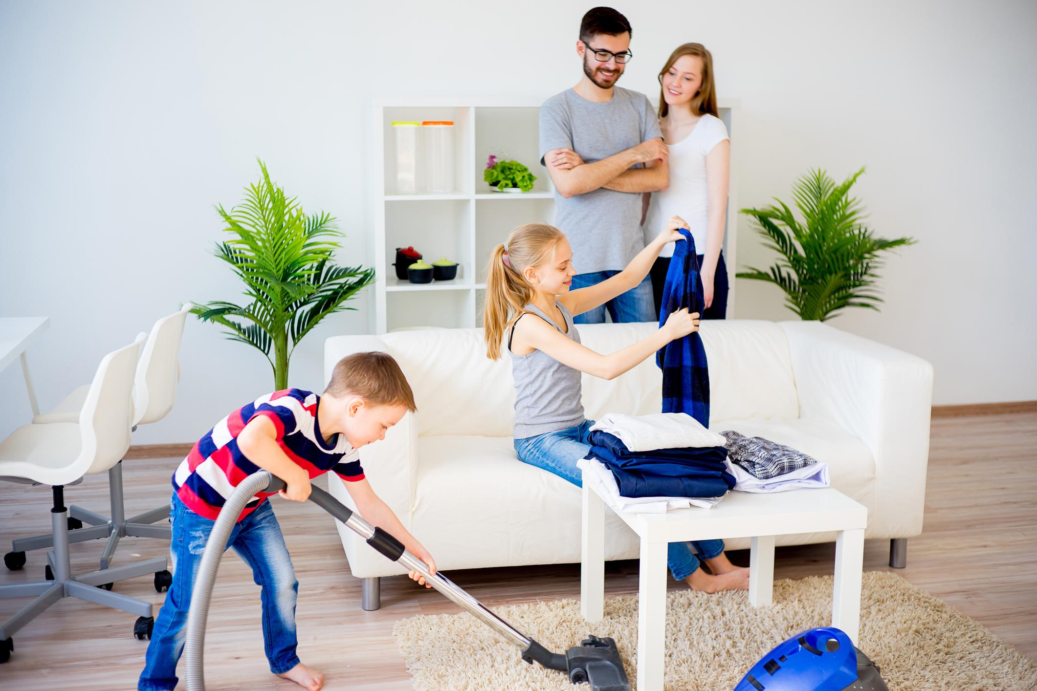 <p>Оставете децата да декорират стаите си сами. Така ще развият собствено чувство за естетика и подреденост. Ще открият сами за тях кое работи и кое... не. Младите хора са практични в наши дни и не обичат да си създават излишно натоварване, затова измислят по-практични начини да се справят с едно или друго.&nbsp;Ако е необходимо да се намесите, направете го. Дайте им съвет, покажете им интересни видеа или снимки от социалните мрежи, спечелете ги с нещо модерно.&nbsp;Идеята е да не ги притискате и стресирате, особено ако не обичат да си чистят стаята.&nbsp;</p>