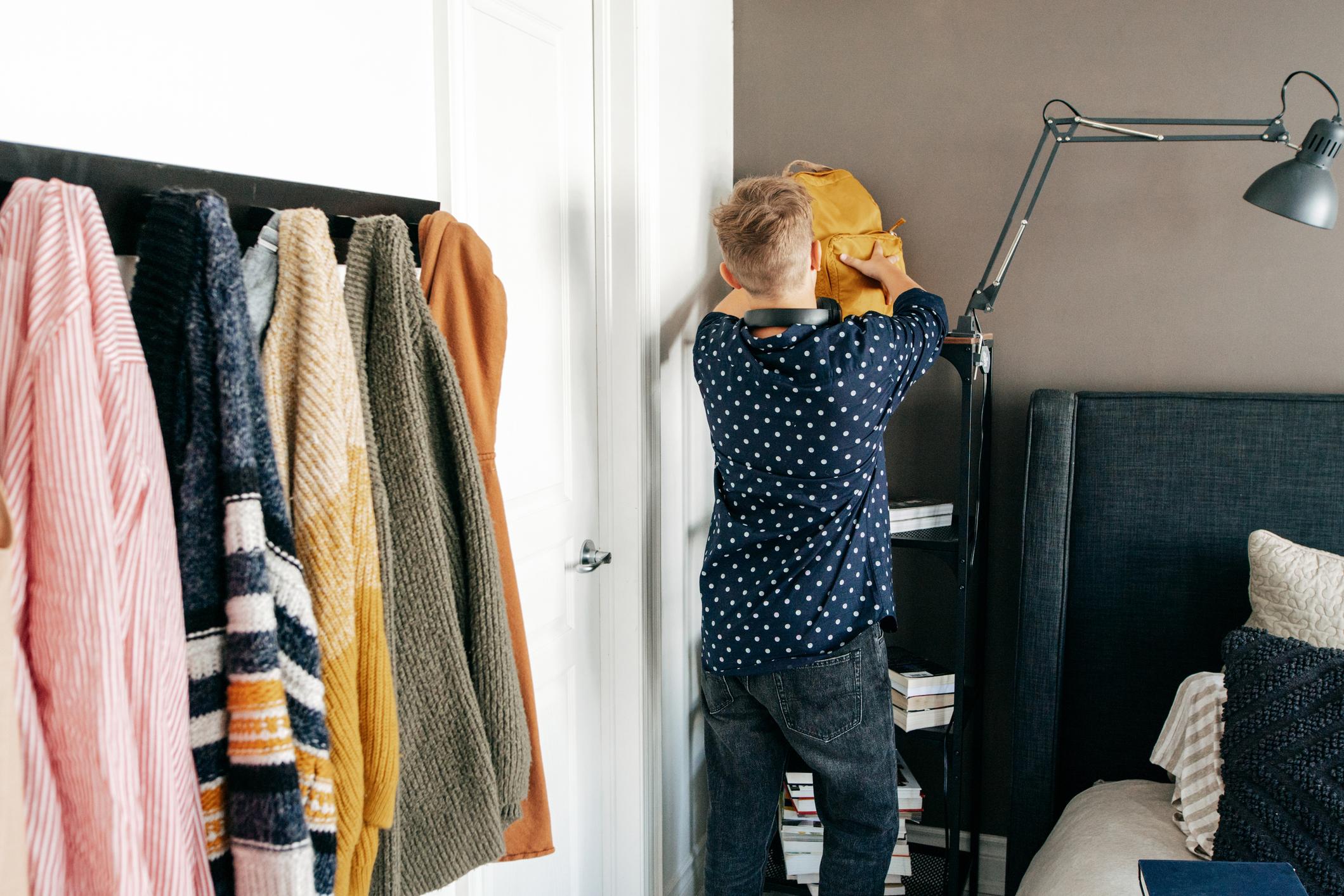 <p>Направете чистенето игра. Вместо да им кажете, че трябва да си изчистят стаята задължително, може да си направите домашно състезание и да засечете с хронометър времето, за което всеки вкъщи е изчистил дадена стая. А за награда, защото като във всяко състезание трябва да има нещо приятно, може да приготвите или поръчате пица. Децата ви ще бъдат доволни със сигурност.&nbsp;</p>