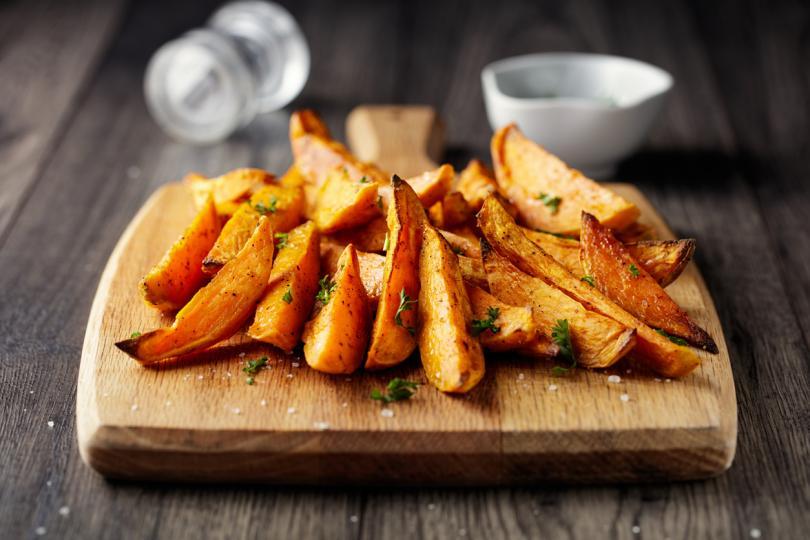 <p><strong>Сладък картоф</strong></p>  <p>Обикновените картофи са много вкусни и можете да ги комбинирате в различни ястия и с различни продукти, но истината е, че те не са най-добрият избор за вашата кожа.</p>  <p>Пържената храна в нагорещено олио съдържа вещества, които ускоряват стареенето и вредят на кожата.</p>  <p>Затова заменете обикновените картофи със сладки, които се приготвят лесно и бързо, а в мрежата има безброй много рецепти, където със сигурност ще откриете своята.</p>