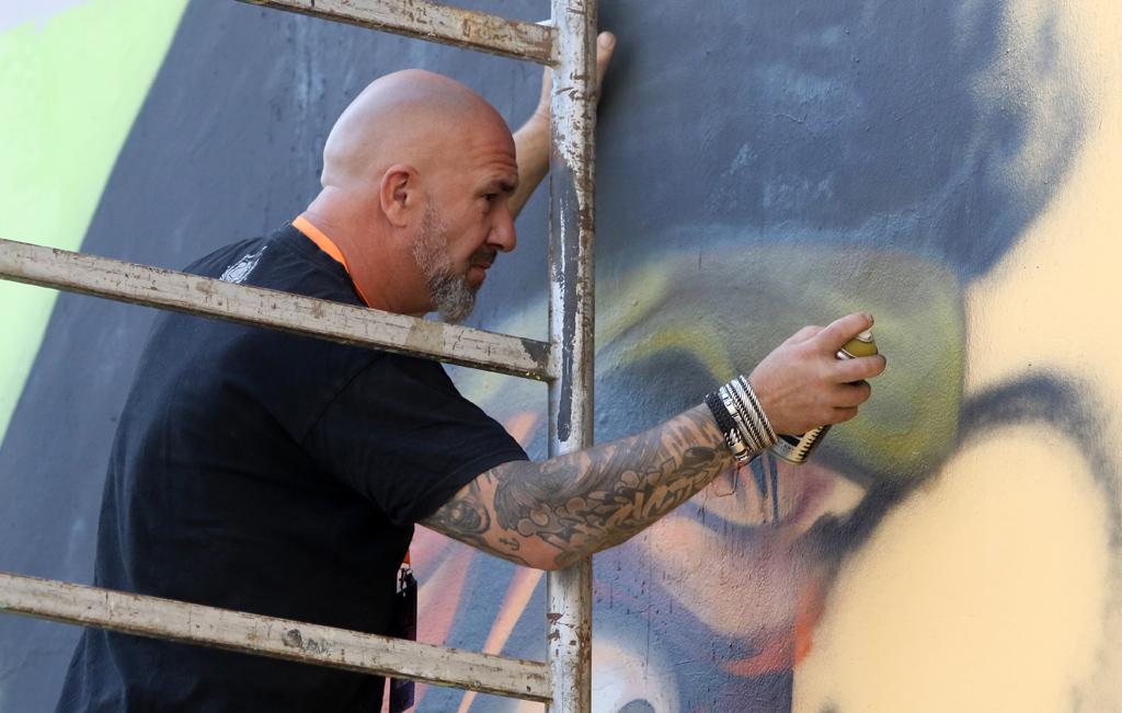 <p>Специалният гост тази година Nash е холандски художник, който повече от 30 години преобразява стените с флакон в ръка. Определя стила си като графити карикатури. Обиколил е света, за да променя градската среда и тази година за първи път е в София.</p>