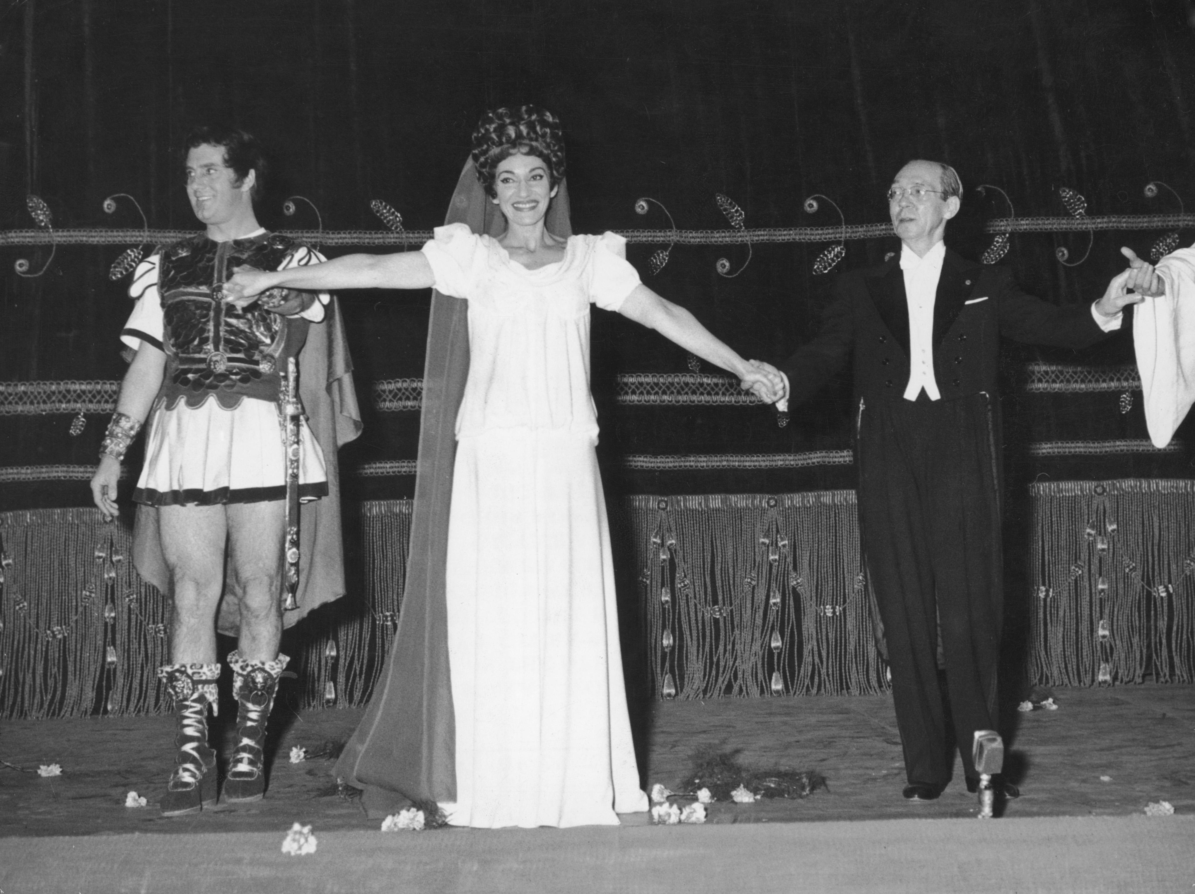 <p>Става известна в Италия, където дебютира в &bdquo;Ла Скала&ldquo; през 1952 г. Театърът се превръща в нейния артистичен дом през 50-те години на миналия век. Малко по-късно там започват да се режисират произведения специално за примата.</p>