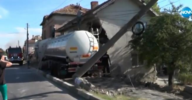 България Тир се вряза в къща, има пострадали Хората са