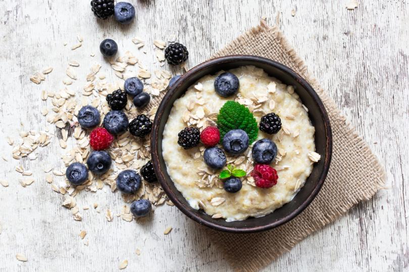 <p>Овесената каша, особено запарена с топла вода, е перфектният начин да закусвате, ако спазвате специален хранителен режим за редуциране на теглото.</p>  <p></p>