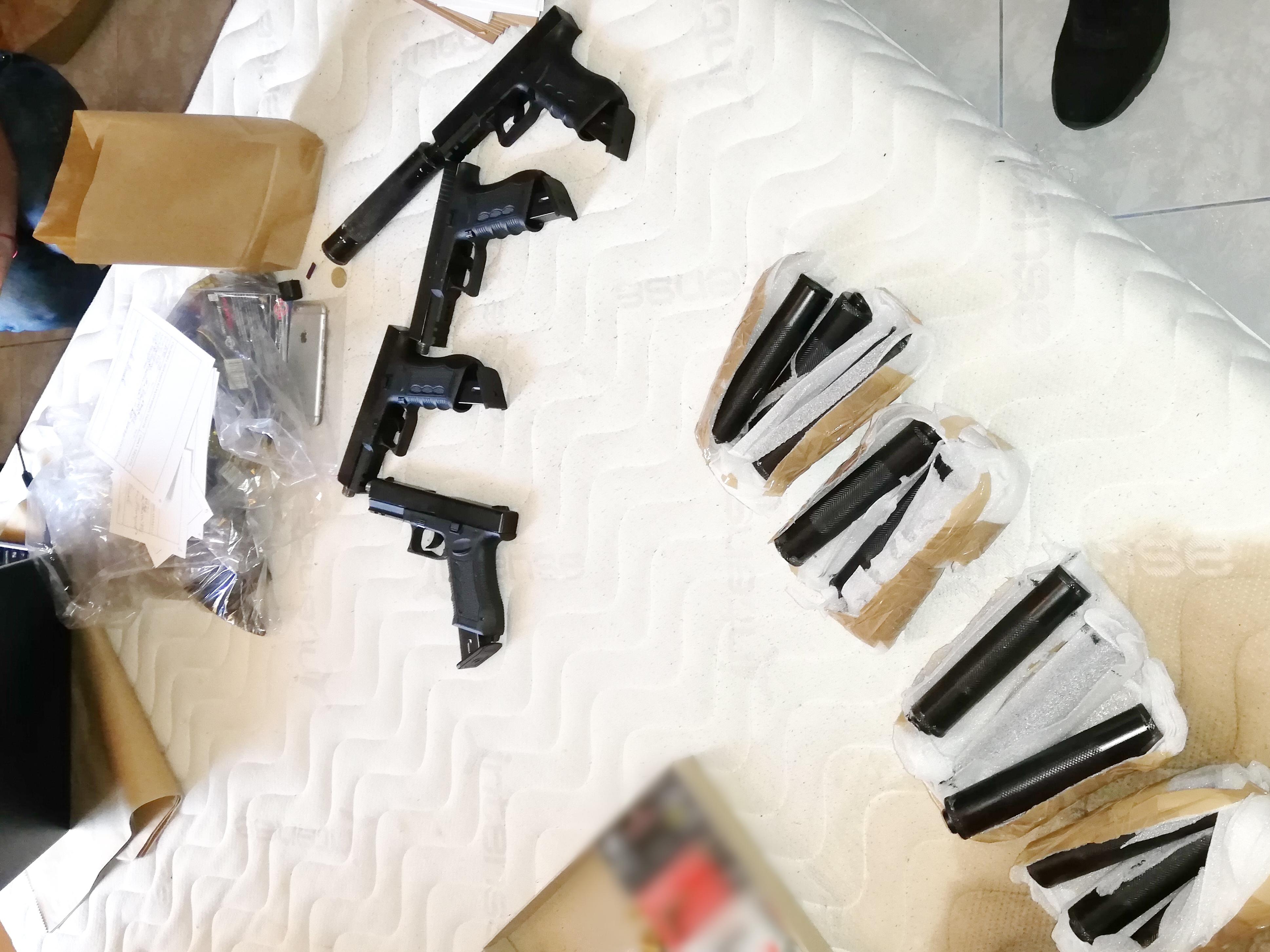 Организираната престъпна група е действала с 6-има членове. Групата е била задържана на 17 септември с 53 пистолета, като всяко от оръжията е било придружено с кутия от по 50 патрона в нея
