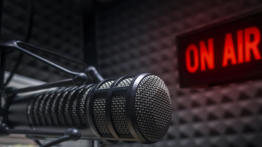 Рисковете в ефир: полугола жена зад ТВ водещ