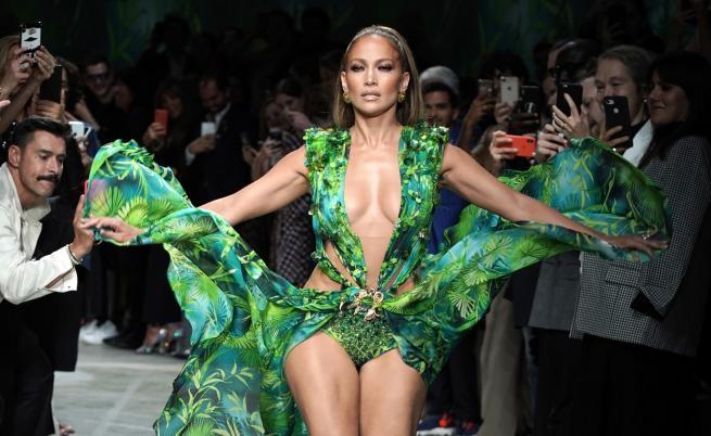 Джей Ло обра овациите с нов вариант на култовата зелена рокля (СНИМКИ)