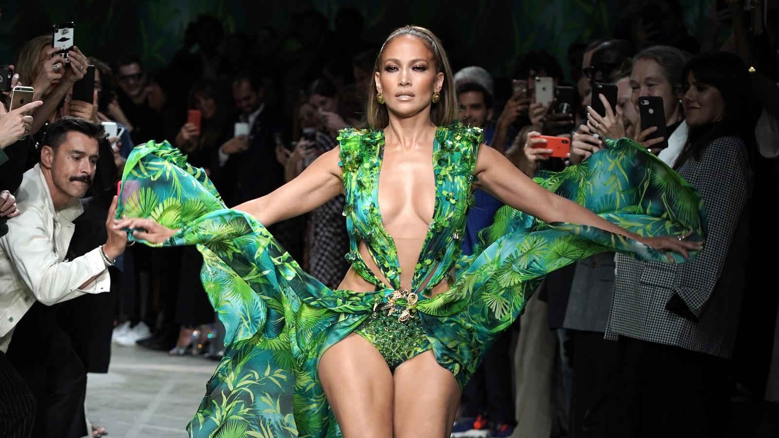 <p>Този път тя се появи с обновен вариант на зелената рокля, отново дело на &quot;Веирсаче&quot;, но по време на модното шоу на Донатела в Милано, на седмицата на модата.</p>