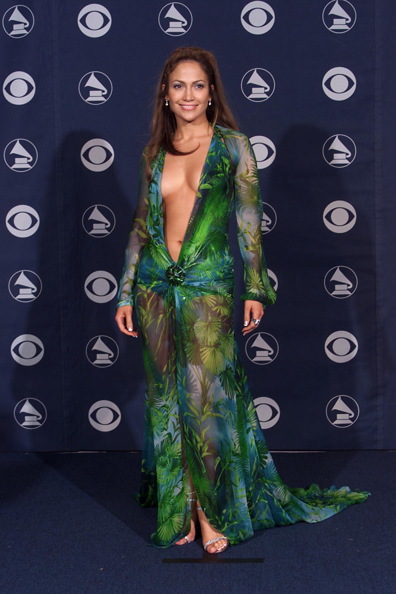 <p>Това е първата версия на роклята, която певицата и актриса носи през 2000г.</p>