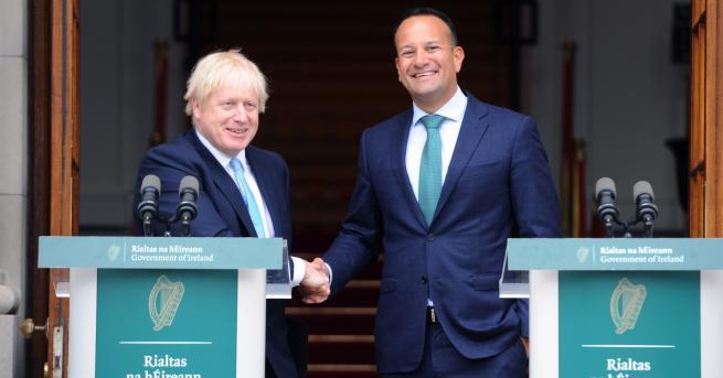 Свят Премиерът на Ирландия със светена вода срещу Борис Джонсън