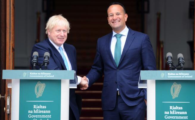 Премиерът на Ирландия със светена вода срещу Борис Джонсън