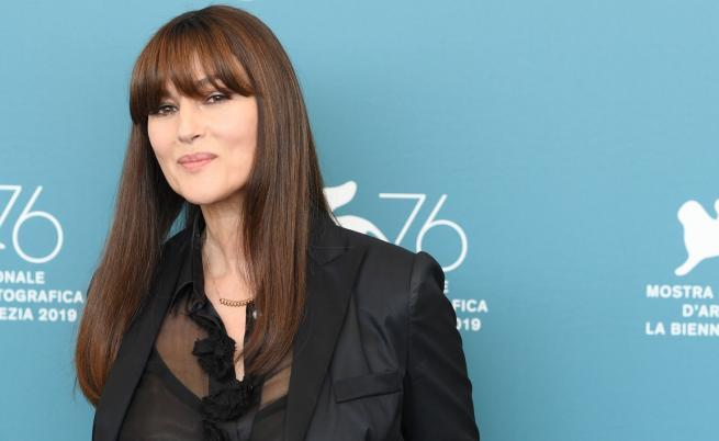 Моника Белучи с прозрачна блуза и нова прическа (СНИМКИ)