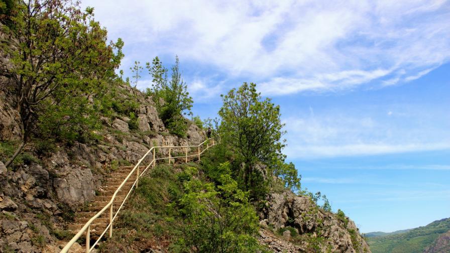 <p>Уикенд бягство: <strong>Вазовата екопътека</strong> и водопад Скакля</p>