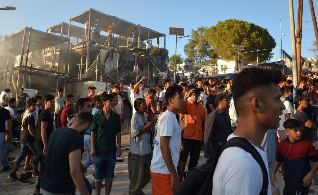 Смъртоносен пожар и сблъсъци в бежански лагер в Гърция