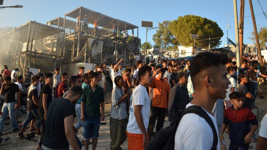 <p>Смъртоносен пожар и сблъсъци в бежански лагер</p>
