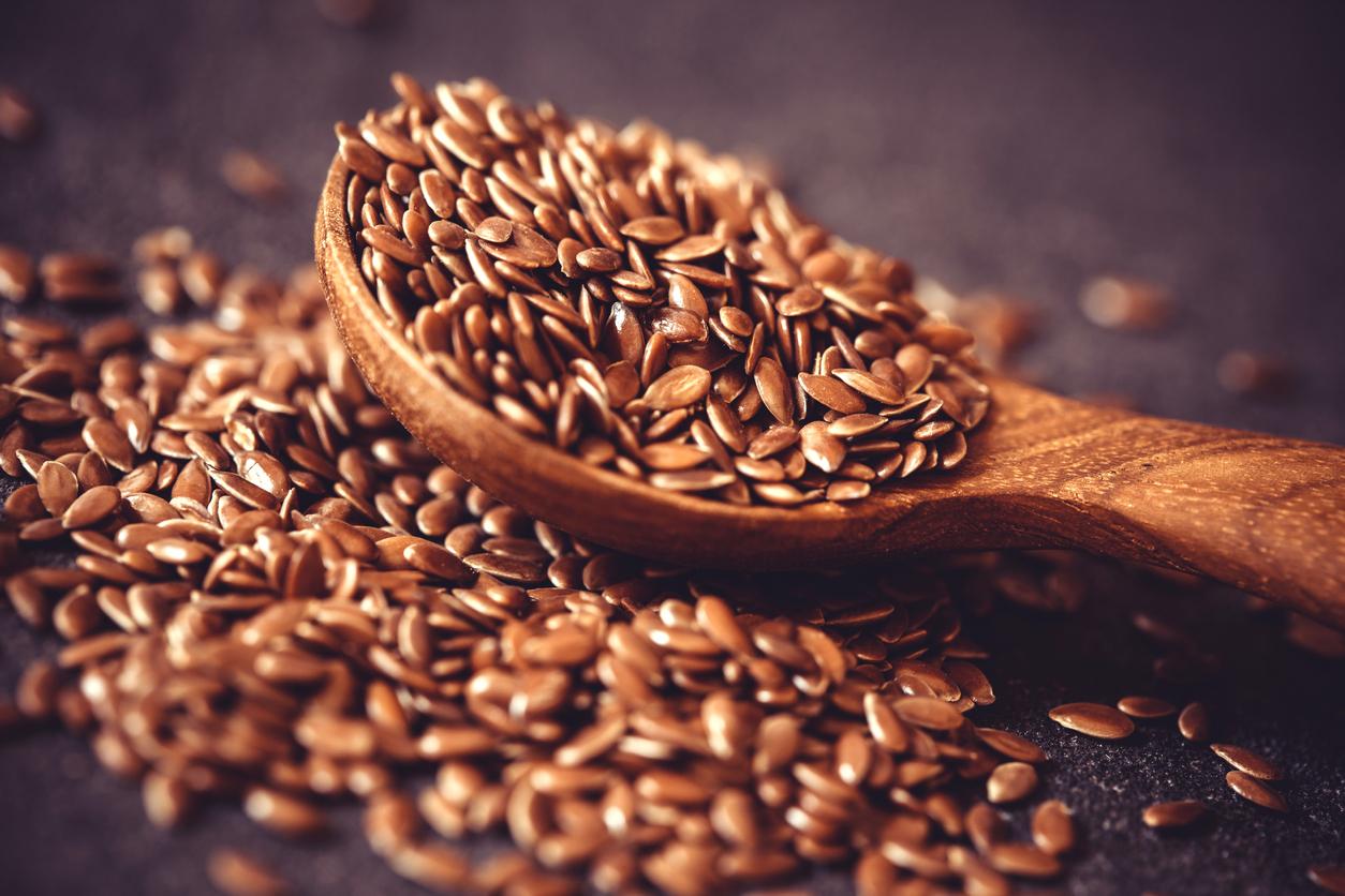 <p><strong>Ленено семе</strong></p>  <p>Подобно на сьомгата лененото семе е богат източник на омега-3 мастни киселини. Изследвания показват, че редовната консумация на ленено семе подобрява способността на организма да обработва мазнини.</p>