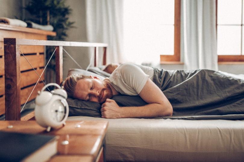 <p><strong>Часовник-будилник или телефон</strong></p>  <p>Ако държите до главата си часовник, който&nbsp;ползвате за будилник, ще се измъчвате от тревожни мисли&nbsp;дали ще се наспите достатъчно,&nbsp;особено&nbsp;ако често се будите през нощта. Преместете го в друга стая, където все пак можете да го чуете, когато звънне&nbsp;в часа за събуждане.</p>  <p>Не е препоръчително да държите и телефона близо до себе си в спалнята, за да не се изкушавате през нощта проверявате часа и или съобщенията, които сте получили.</p>