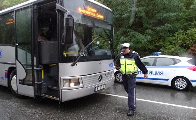Автобус и кола се удариха край Благоевград, има пострадал
