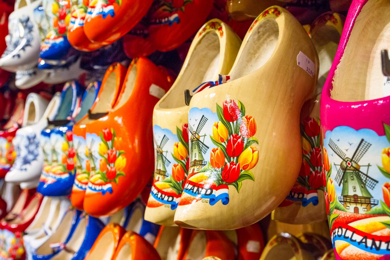 <p>Нидерландия е известна и със своите дървени обувки, които днес са превърнати в красиви сувенири за туристите</p>
