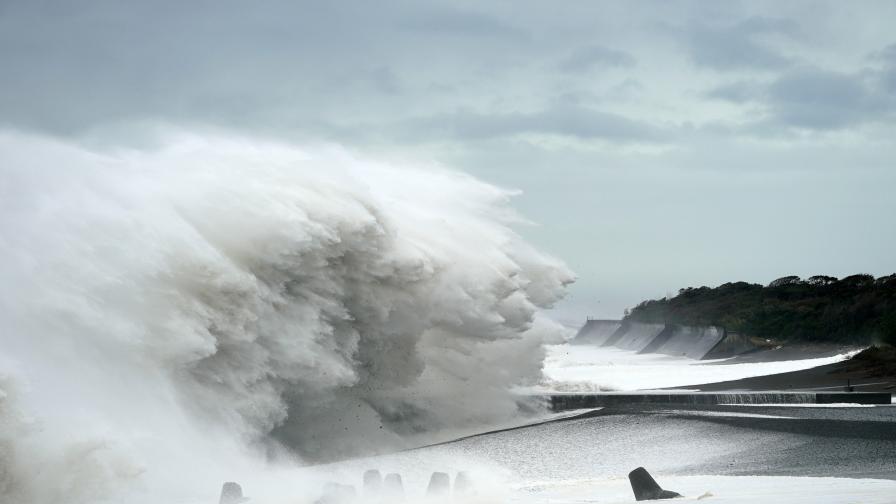 <p><strong>Най-страшният </strong>тайфун удари Япония, разказва българин&nbsp; &nbsp;</p>
