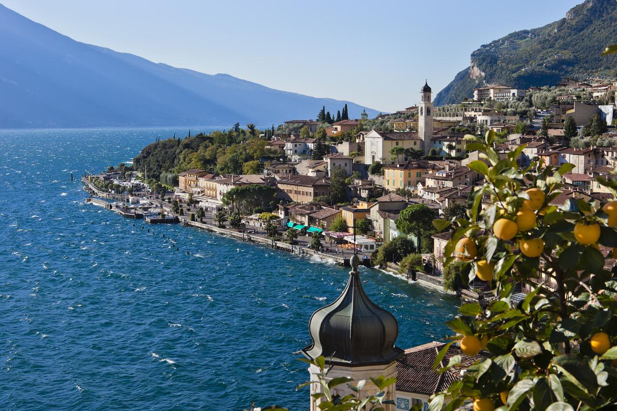 <p><strong>Езерото Гарда, Италия</strong></p>  <p>Това е най-голямото езеро в Италия. То е разположено в подножието на величествените Алпи.&nbsp;</p>