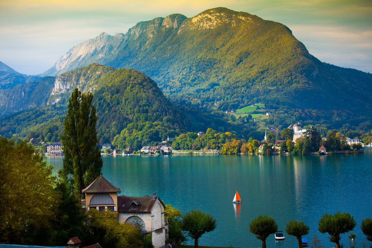 <p><strong>Езеро Анси, Франция</strong></p>  <p>Спокойни тюркоазени води, а до тях стръмни зелени склонове и заснежени планински върхове - една незабравима гледка.&nbsp;</p>