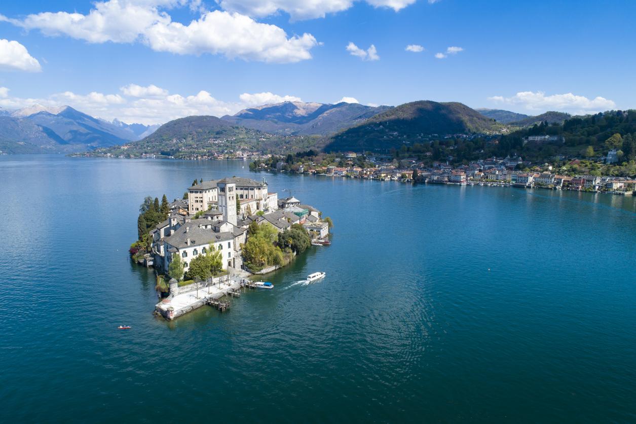 <p><strong>Езеро&nbsp;Орта, Италия</strong></p>  <p>Това езеро е едно от най-романтичните и прелестни кътчета, които Италия може да предложи на туристите.&nbsp;</p>