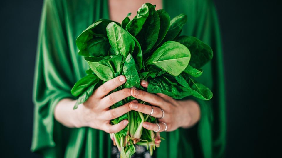 <p><strong>Зеленолистни зеленчуци</strong></p>  <p>Листните зеленчуци включват кейл, спанак, зелено зеле.</p>  <p>Те са невероятно хранителни и с високо съдържание на много витамини, антиоксиданти и минерали. Включително калций, за който е доказано, че подпомага изгарянето на мазнини. Яденето на листни зеленчуци е чудесен начин да увеличите обема на храненията си, без да увеличавате калориите.</p>