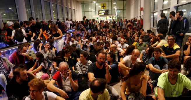 Свят Сблъсъци на летището в Барселона, нахлу полиция Каталунските лидери
