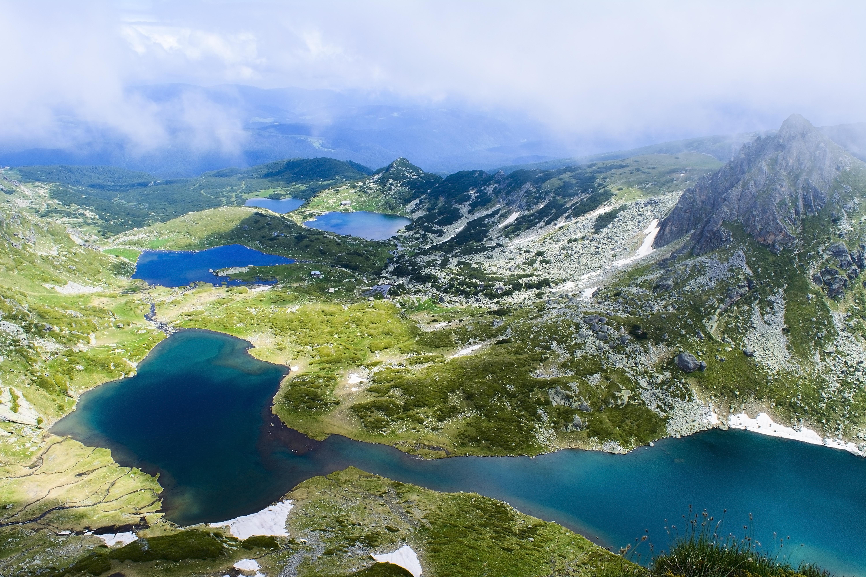<p>Седемте Рилски езера.&nbsp;Вероятно няма българин, който да не е посетил уникалните езера в Рила планина. Според мнозина тук се усеща една много силна и уникална енергия, чийто поток се влива в тялото и го зарежда. Поне веднъж в живота тези езера трябва да бъдат обходени и посетени, защото се вярва, че те са един от най-силните&nbsp;енергийни центрове в страната.</p>