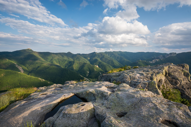 <p>Белинташ &ndash; тази &bdquo;скала на познанието&ldquo; с формата на малко плато се намира в Родопите. Тя е древно скално светилище, за което малко се знае, говори и малко хора ходят там. Според легендите&nbsp;именно пресечната точка на Белинташ, Караджов камък и Кръстова гора &ndash; е източника на най-голяма енергия на Стария континент.</p>