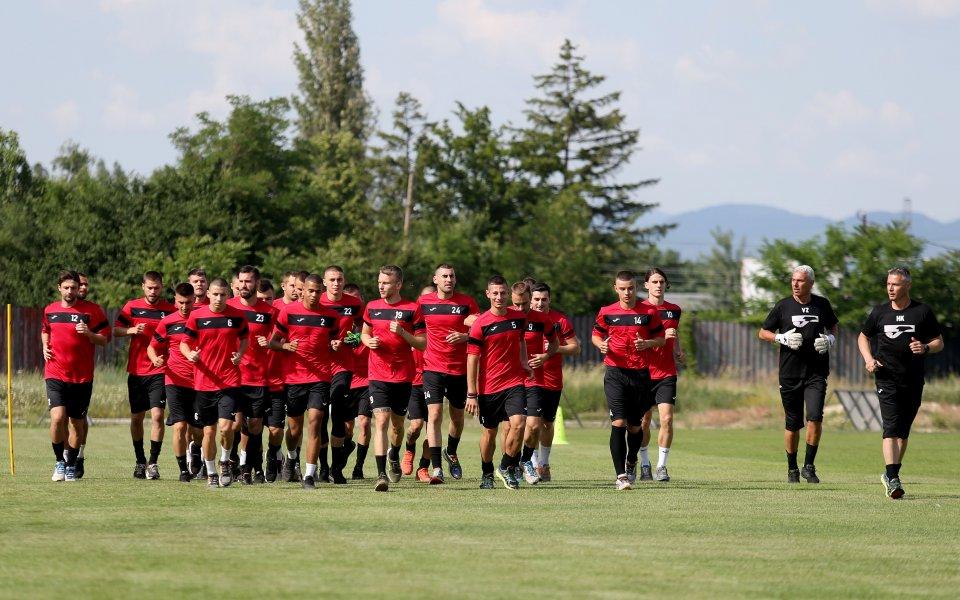 Локо София се е разделил с двамата си сръбски играчи.