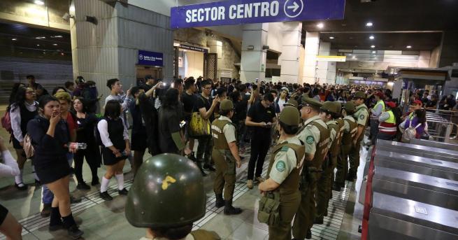 Свят Извънредно положение в Чили заради скъп транспорт Протестиращи атакуваха