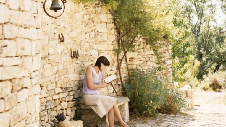 прованс френска провинция спокойствие четене жена пейка слънце