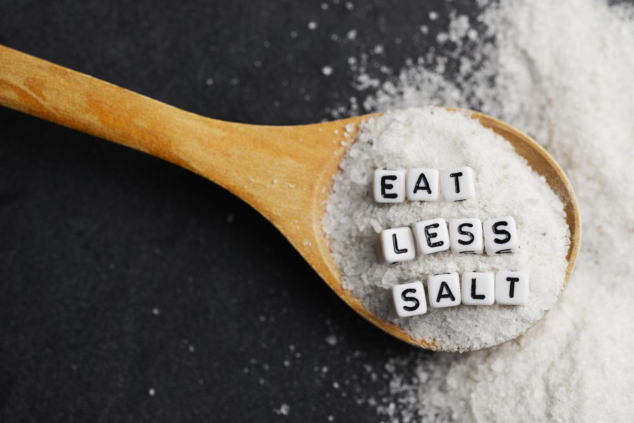 <p><strong>Намалете приема на натрий</strong></p>  <p>Телата на всички нас реагират по различен начин на солта. Тази подправка е навсякъде и често, без да усещаме, надвишаваме препоръчителния си дневен прием на натрий. Бъдете внимателни.</p>