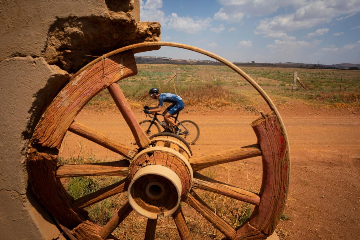 <p>Състезанието SouthxSoutheast или SxSE, се провежда по чакълести пътища и офроуд трасе като обхваща 110 км с над 1000 м изкачване, южно от Йоханесбург, Южна Африка.</p>  <p>&nbsp;</p>