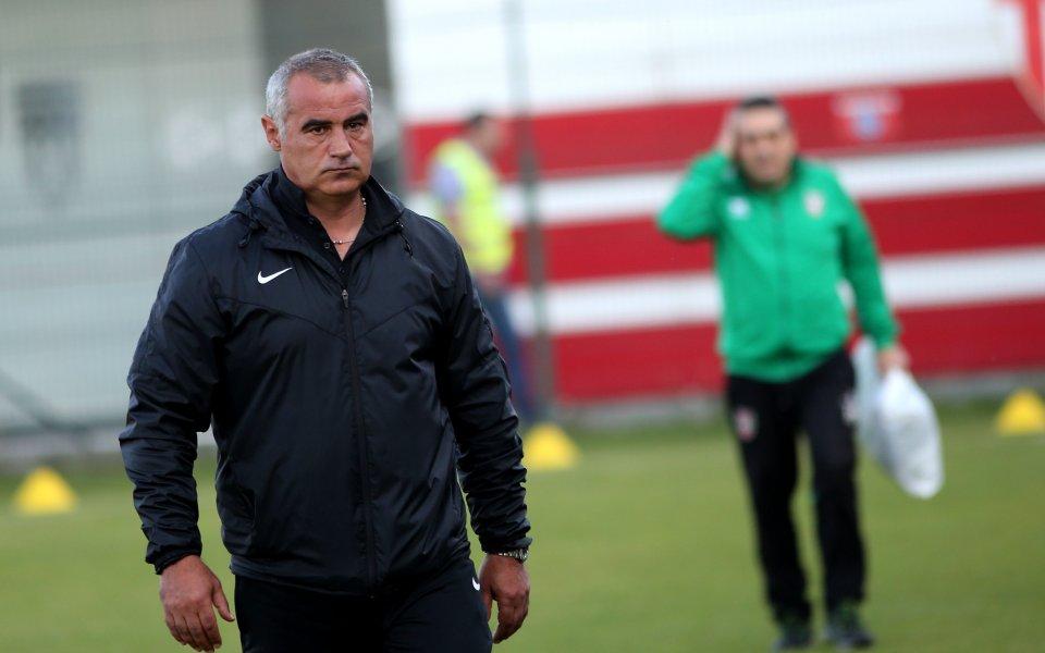 Старши треньорът на Ботев Враца Сашо Ангелов в типичен стил