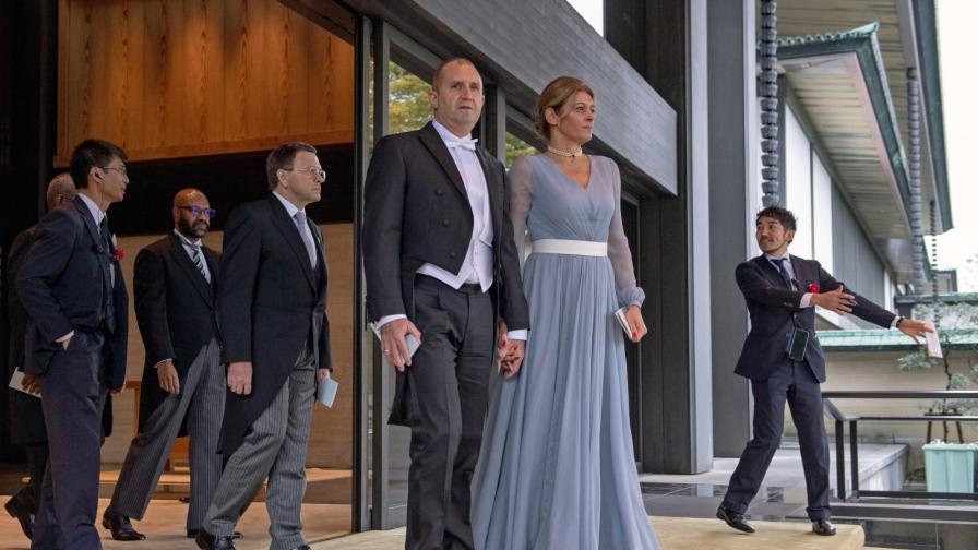 <p><strong>Радев</strong> с фрак, <strong>Деси</strong> с шармантна&nbsp;рокля при императора</p>
