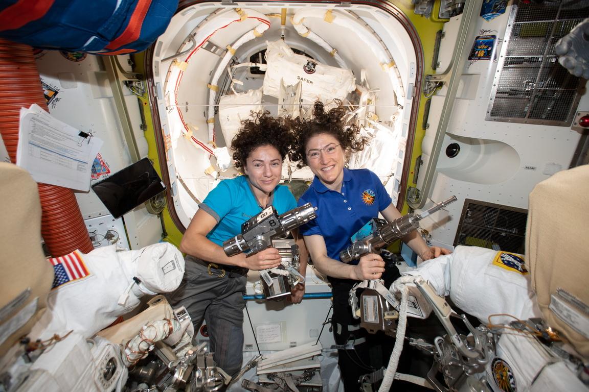 <p>Астронавтите от НАСА Кристина Кук и Джесика Мейър извършиха първото в историята изцяло женско излизане в открития космос, което НАСА излъчи на живо</p>