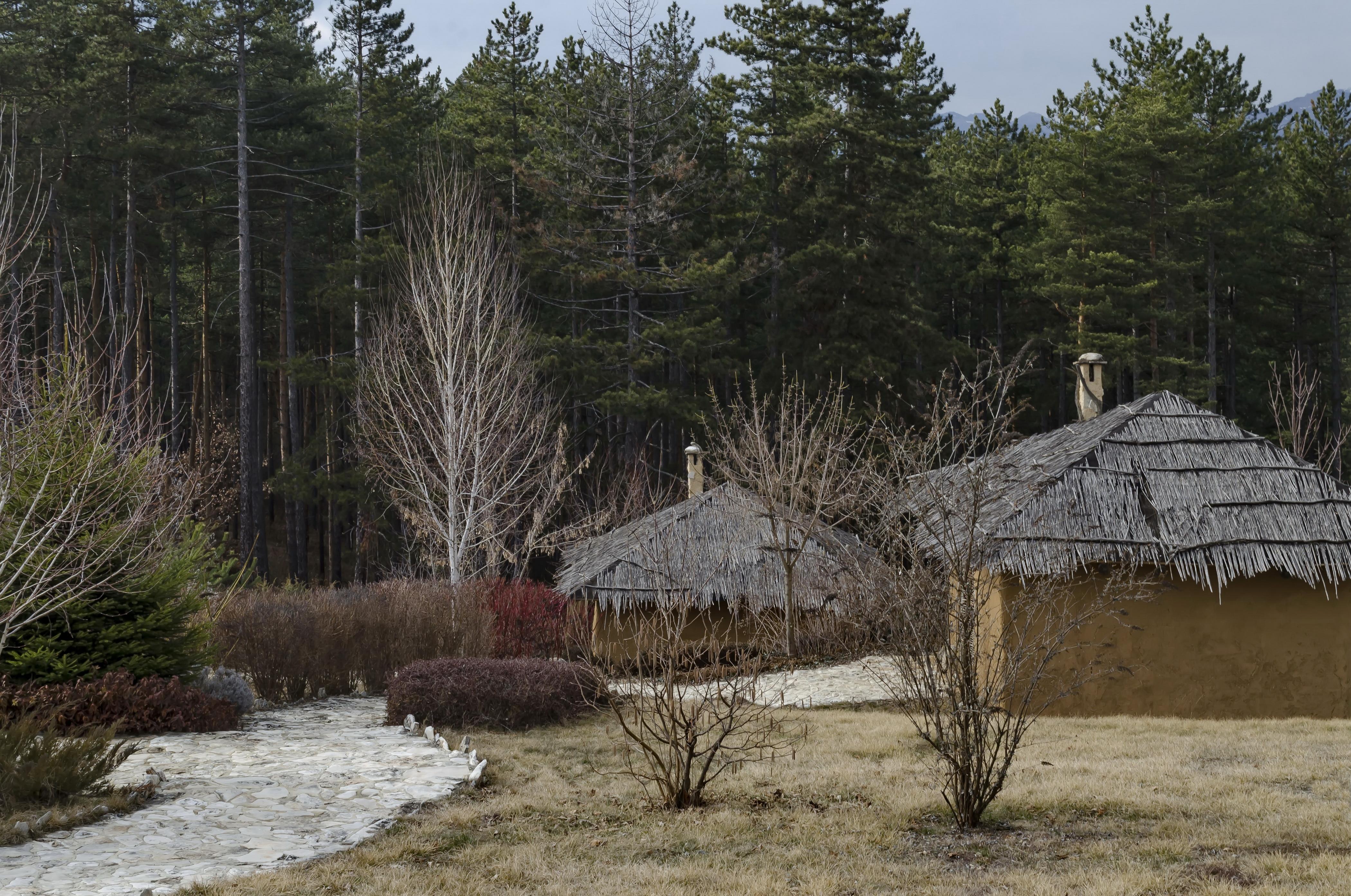 <p>Село Чавдар не е толкова непознато, тъй като нашумя в интернет. Извън селото обаче се намира археологически парк &quot;Тополница&quot;. Малките къщички, направени целите от кал, слама и колове, пресъздаващи раннонеолитно селище, датирано от преди 7000 години. Ако искате да се впуснете в едно наистина нестандартно преживяване и да разберете как са живели хората преди хиляди години, то това е мястото за Вас.</p>