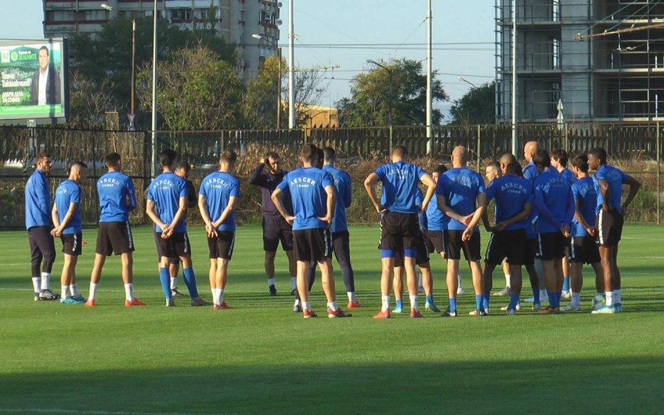 """Представителният отбор на Левски поднови тренировъчния процес. """"Сините"""" получиха двудневна"""