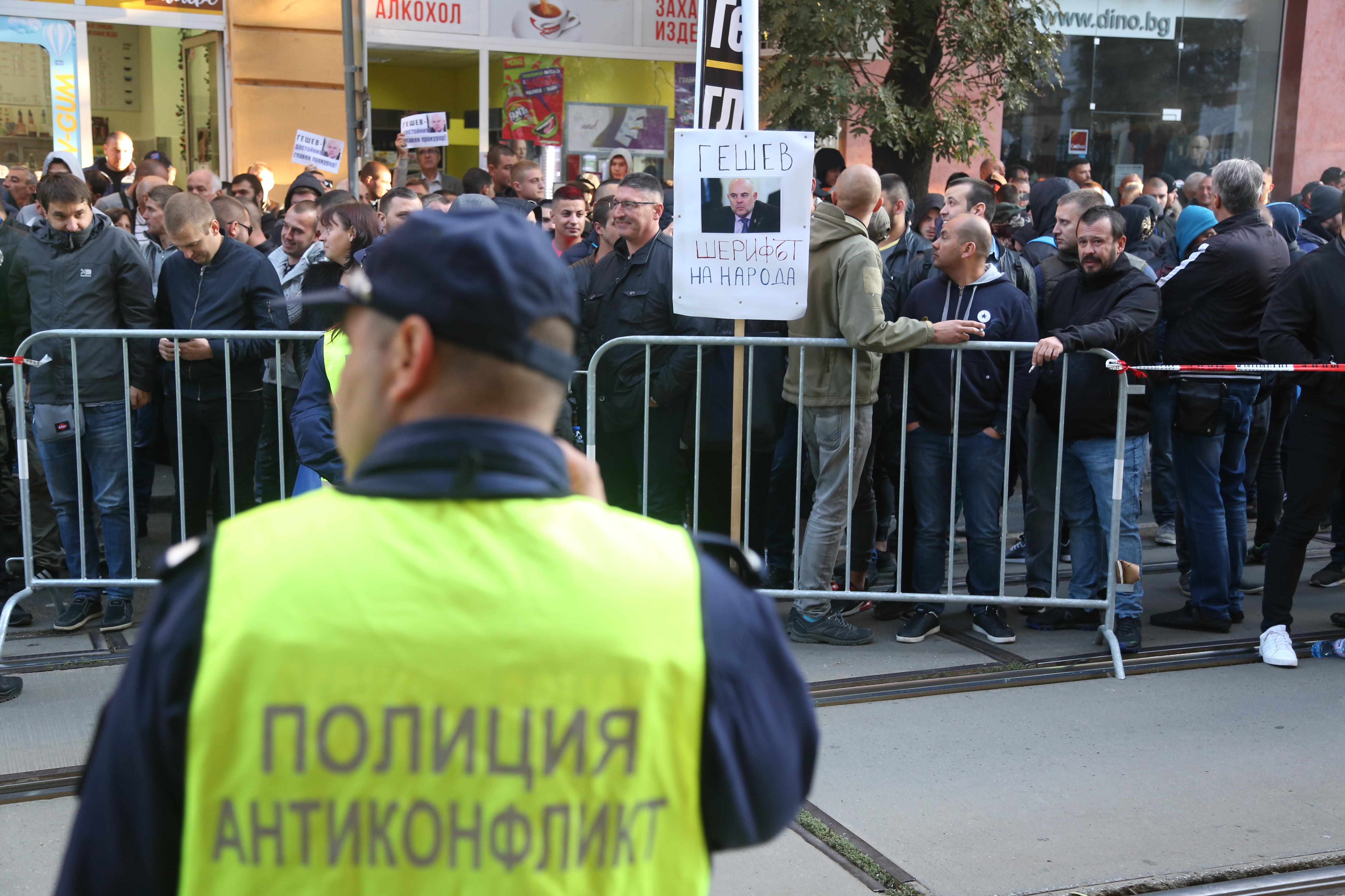 Демонстрации против и в подкрепа на Иван Гешев блокираха движението около сградата на Висшия съдебен съвет в деня на изслушването на единствения кандидат за нов главен прокурор.