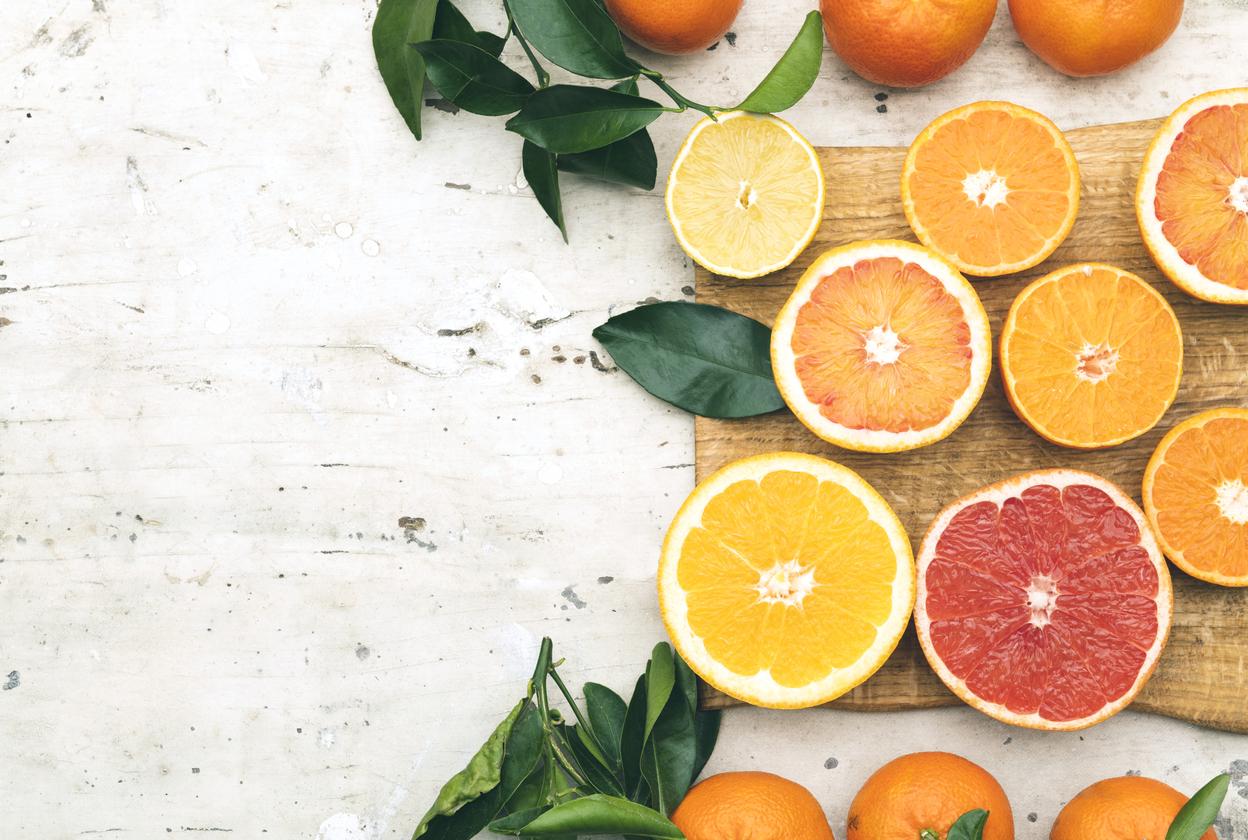<p><strong>Киви, лимон и портокал</strong></p>  <p>Пушенето освен че дехидратира тялото, елиминира витамини като А, С и Е, които повишават имунитета и помагат на организма да се бори с различни инфекции и вируси. За да компенсирате това, консумирайте повече киви, пийте фрешове от цитруси.</p>