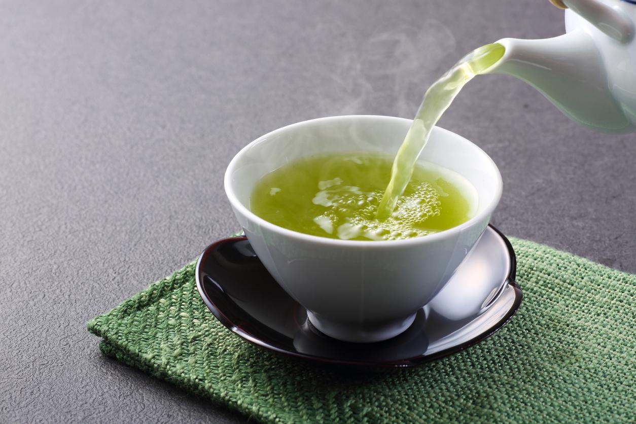 <p><strong>Зелен чай и витаминна вода</strong></p>  <p>Пушенето дехидратира организма. Домашната витаминна вода, както и зеленият чай, ще се справят с това да хидратират тялото ви и да изхвърлят възможно най-много количество никотин.</p>