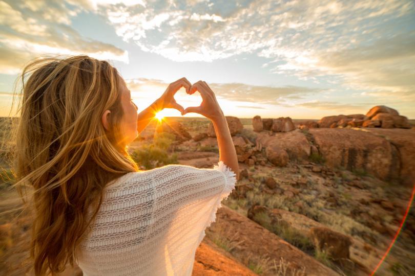 <p><strong>Направете 5 дълбоки вдишвания и издишвания</strong></p>  <p>Дишането е това, което ни поддържа живи. Ако спрем да дишаме, животът приключва. В дишането е скрита много по-голяма сила, която ни позволява да овладеем вътрешните си сили. Често обаче ние използваме основно повърхностното си дишане, което поддържа живота ни, но няма силата да го направи по-добър и осъзнат. Затова опитайте да направите няколко&nbsp;<strong>дълбоки вдишвания и издишвания</strong>. Ще почувствате как стресът и напрежението изчезват.</p>