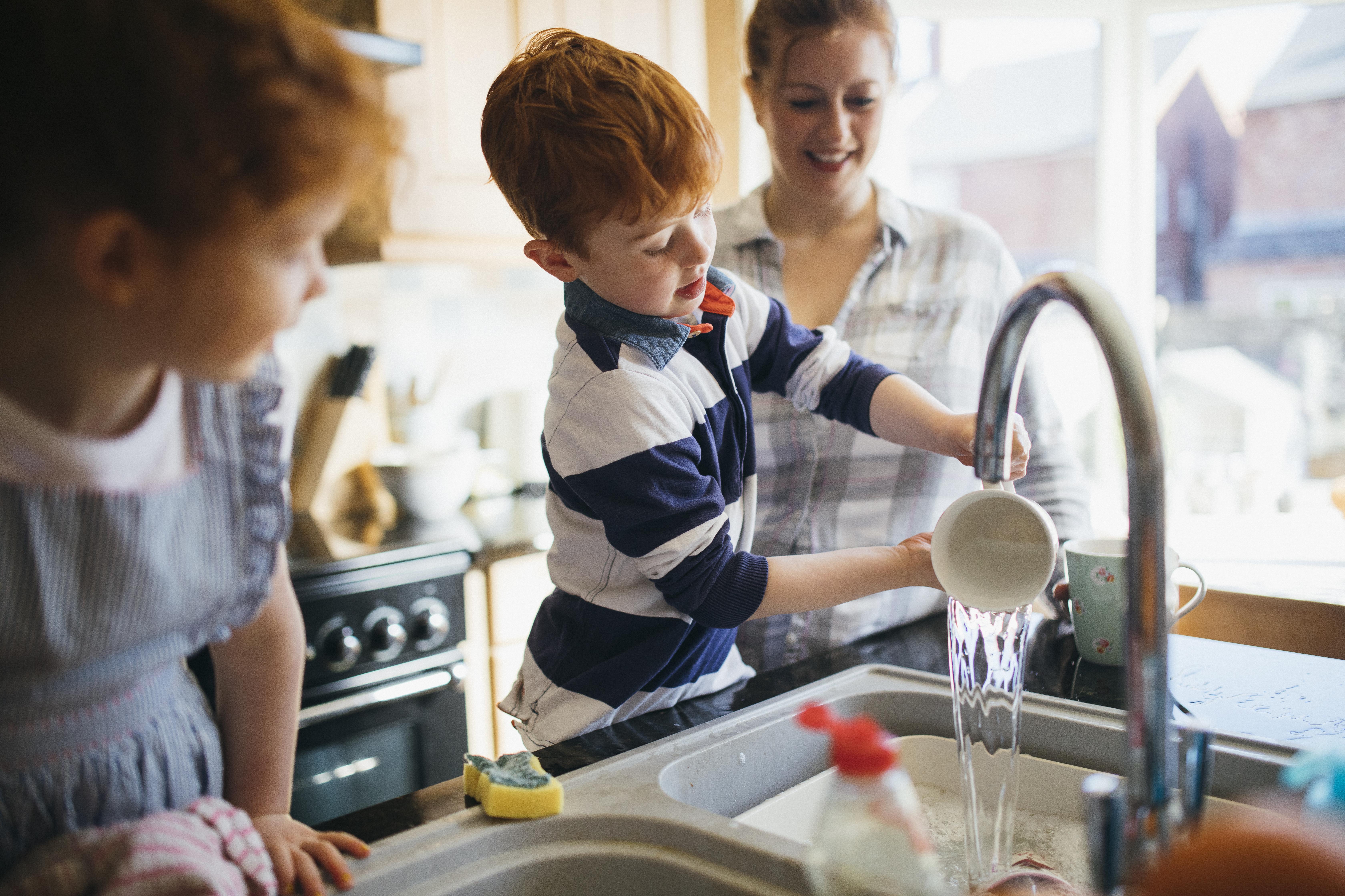 <p>Научени сме още от малки: ръцете задължително се мият преди ядене. Същото важи и за готвенето. Дори с по-голяма сила, защото когато готвим, можем да замърсим с бактерии храната, която после ще ядат всички. Правилното миене на ръцете трае поне 30 секунди. Добре трябва да се насапунисат и сгъвките между пръстите, както и ноктите.</p>