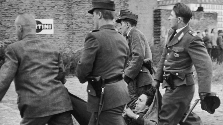 <p>Най-трагичните опити за бягство през Берлинската стена</p>